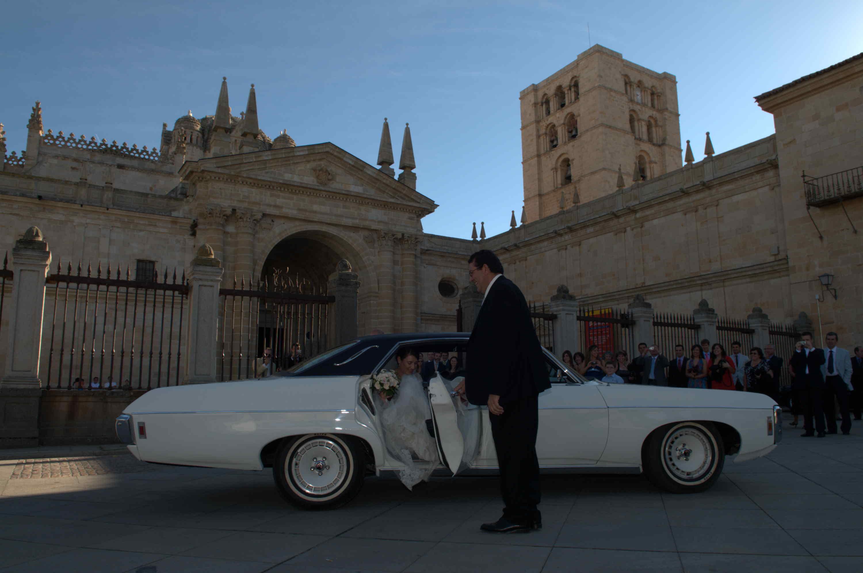 Al alquilar un coche boda busca un buen chofer.