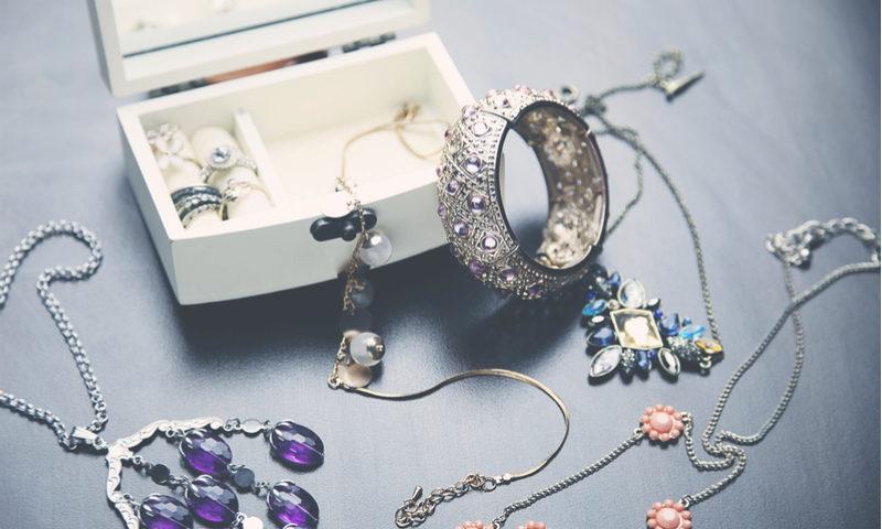 Los mejores sitios donde comprar collares y anillos para regalar a una mujer