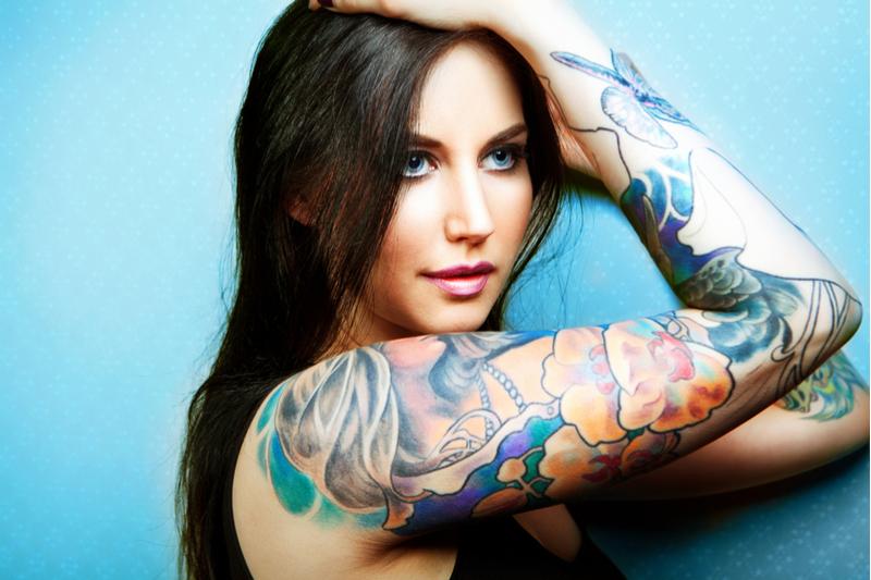 Chica brazo tatutado